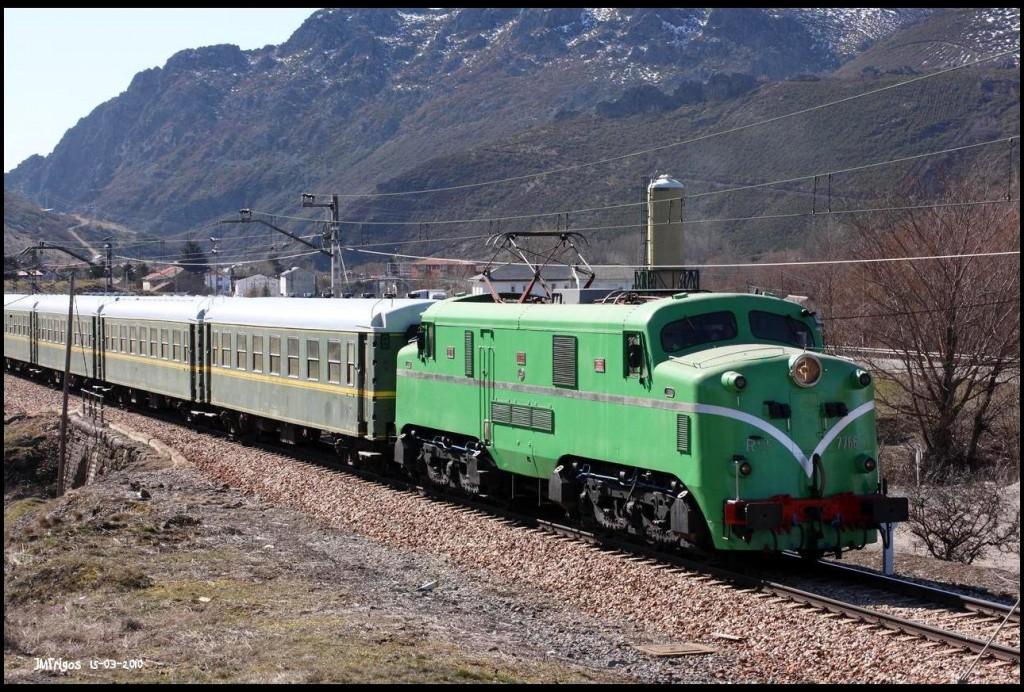 La 7766 de ALAF con los coches 6000 por Busdongo en un tramo que quedaría abandonado con la apertura de la variante de Pajares. Foto: JM Trigos.