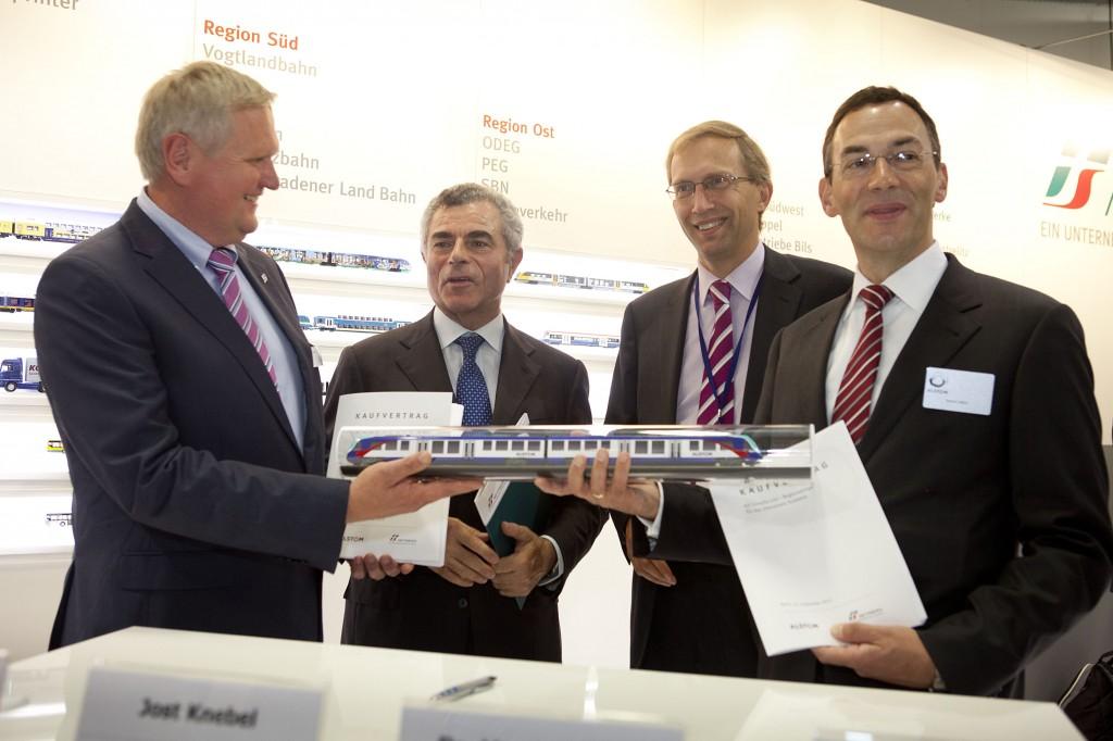Representantes de Alstom, FS y Netinera Deutschland presentando la maqueta del tren en InnoTrans. Foto: Alstom.