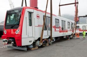 Uno de los coches, siendo embarcado en el Puerto de Bilbao. Foto: Metro de Santiago.