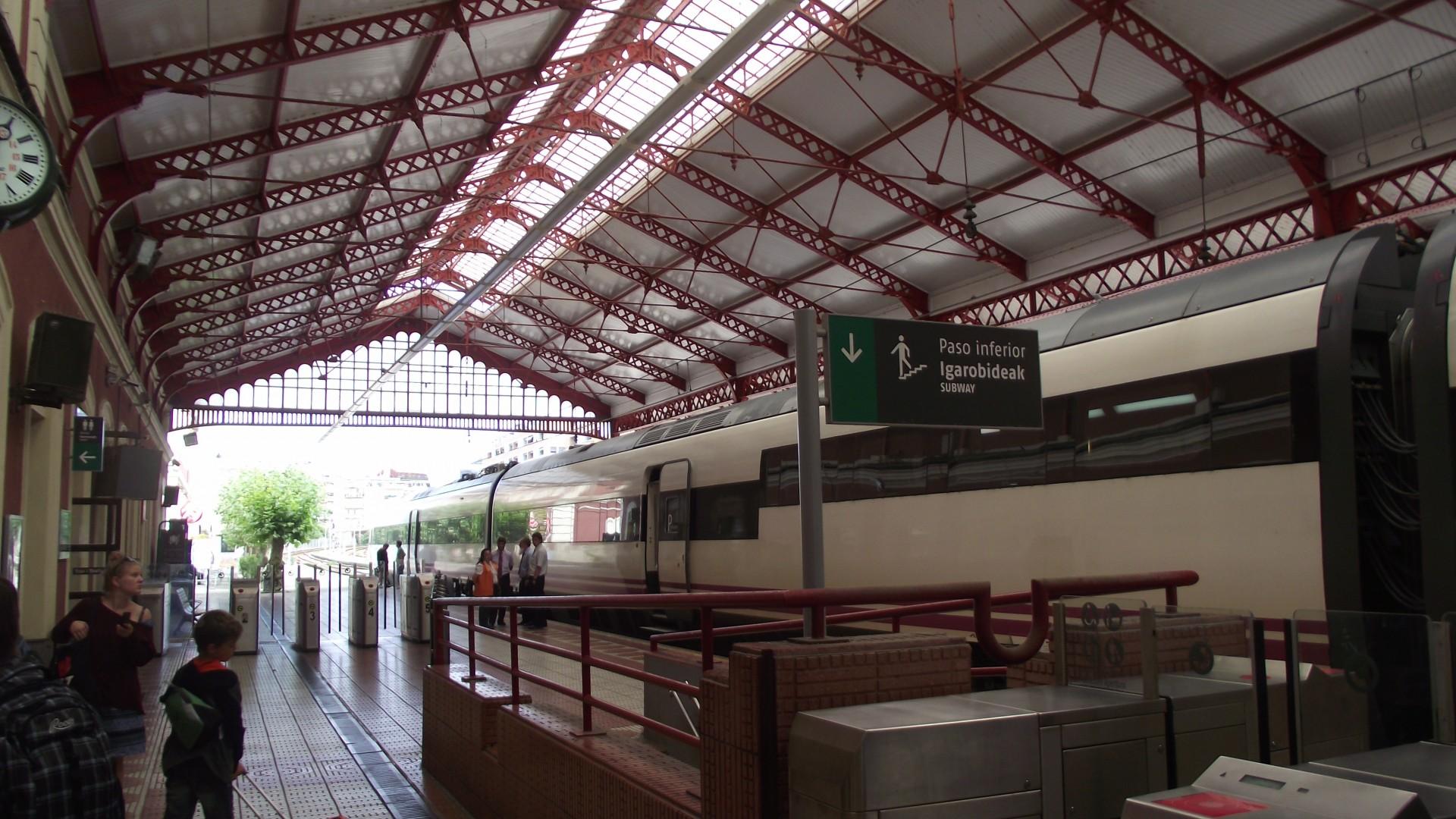 Alvia serie 120 en la estación de San Sebastián. Foto: Smiley.toerist.