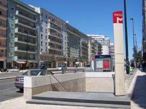 Acceso a la estación Roma del metro de Lisboa. Foto: Jcornelius.