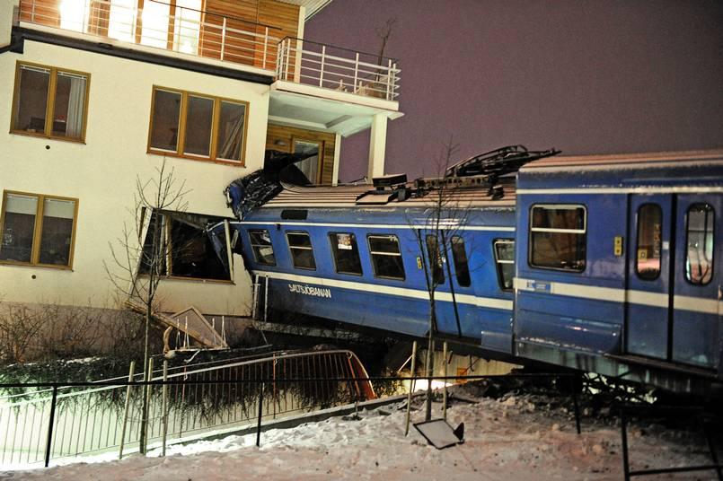 El tren estrellado en el edificio. Foto: P-O Sännås vía AFTONBLADET