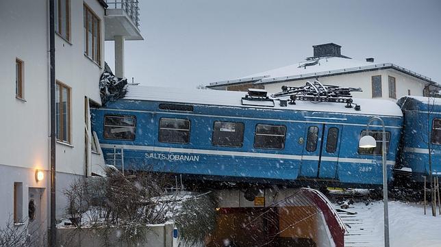 El tren del Saltsjöbanan estrellado en el bloque de viviendas. Foto: EFE vía ABC