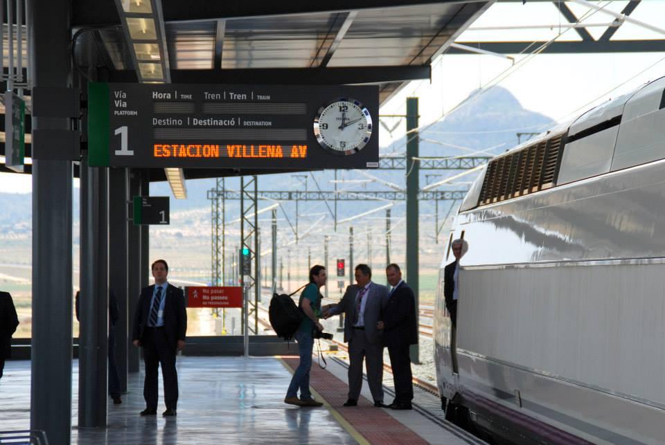 El AVE 100-007 estacionado en la nueva estación de Villena-Alta Velocidad.