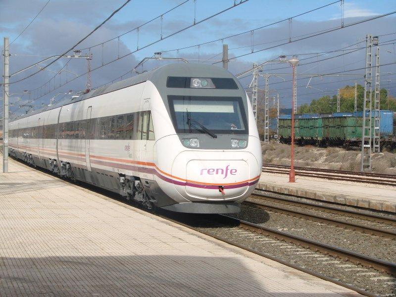 Tren de la serie 121 de Renfe en La Encina, empleada para servicios Intercity. Foto: Juan Manuel Gabaldón.