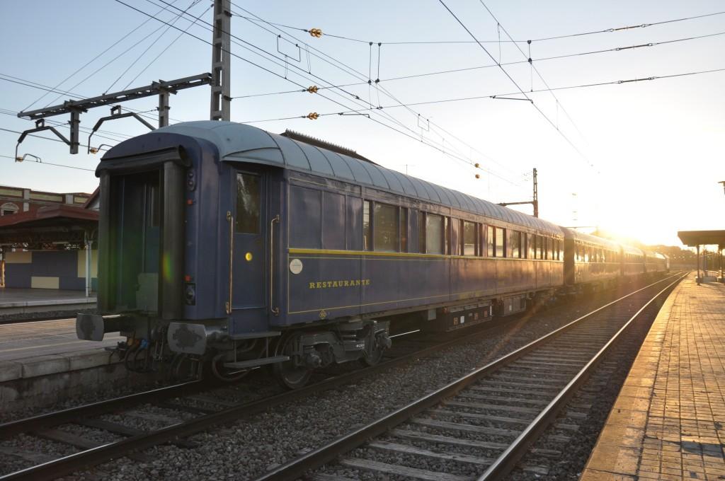 Coches Prestigio que realizarán el tren turístico El Canfranero, estacionados en Alcázar de San Juan.