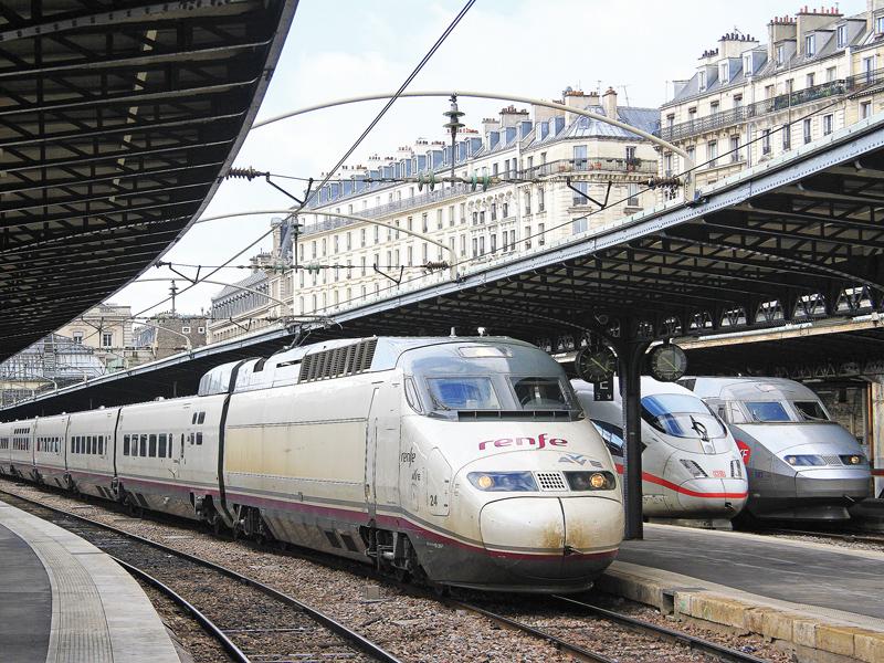 La liberalización de la alta velocidad en España permitirá recrear imágenes así en Madrid. En este caso, vemos al 100-024 de Renfe haciendo pruebas en París-Est junto a un ICE de la DB y un TGV Réseau de SNCF. Foto: Christophe Masse.