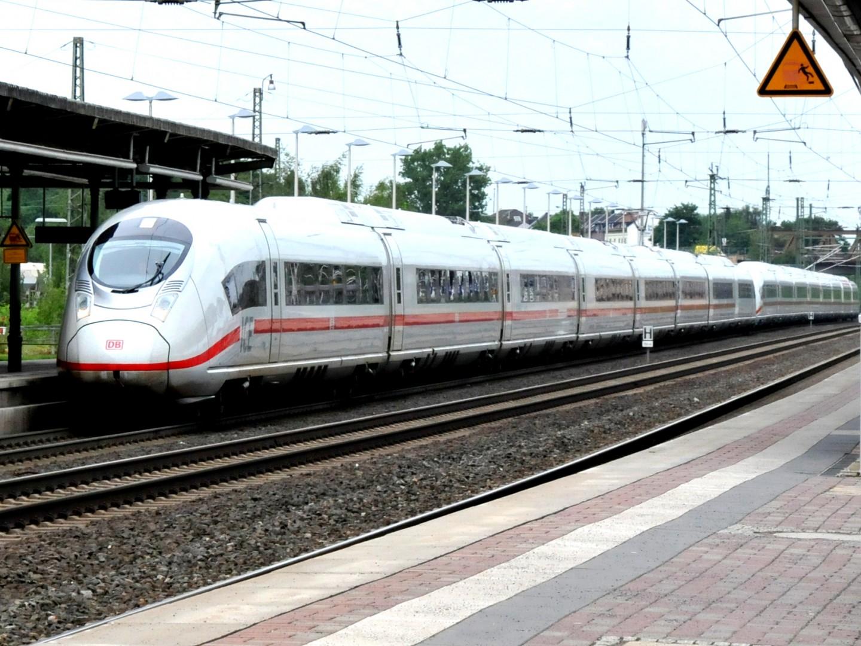 Dos trenes ICE 407 (de la familia Siemens Velaro D) haciendo pruebas en mando múltiple en Düren Hauptbahnhof. Foto: Spoorjan.