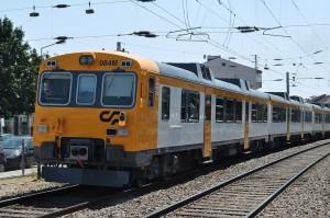"""El Tren Celta Oporto-Vigo, operado con """"Camellos"""" 592 alquilados por CP a Renfe, pasando por la estación de Rio Tinto al norte de Oporto. Foto: Giacomo Giugiaro"""