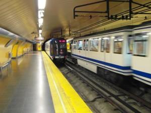 """Dos trenes 2000 """"Burbuja"""" de Gálibo estrecho a 600Vcc se cruzan en la estación Callao del metro de Madrid. Foto: IngolfBLN"""