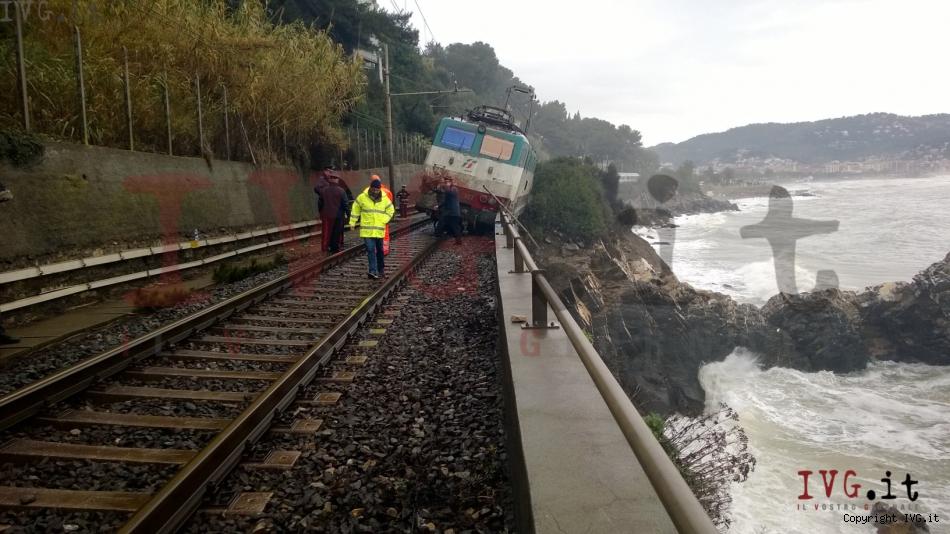 Tren descarrilado en Italia a causa de un desprendimiento