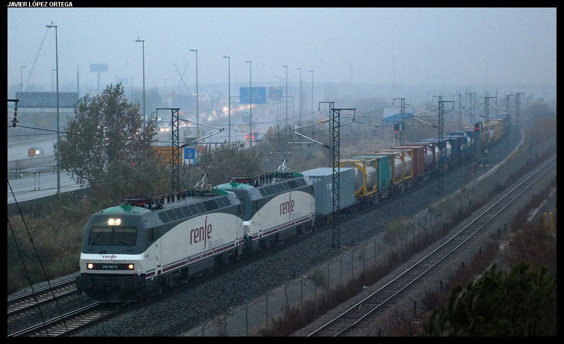 Tren internacional de Renfe mercancías circulando por un tramo de doble ancho de vía en Barcelona. Foto de Javier López Ortega , Ferropedia