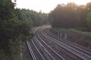 Raíles hacia el atardecer en Woking, Inglaterra. Foto de Ron Strutt, Geograph.org.uk