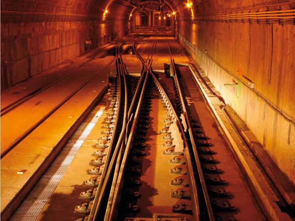 Imagen de un desvío de doble ancho de vía dentro del túnel del aeropuerto de Barajas, por donde llegarán los trenes de alta velocidad. Foto: Ministerio de Fomento.