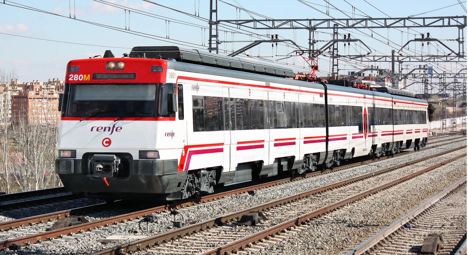 La 447-140 de Renfe Cercanías en pruebas por Fuente de la Mora luciendo la C en el logotipo. Foto: © Gonzalo Rubio.