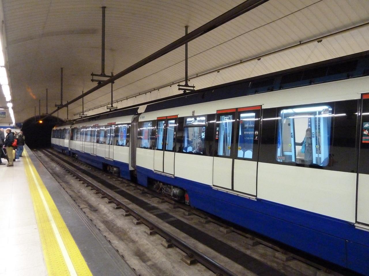 Tren de la serie 7000 del metro de Madrid, similar al del descarrilamiento, en la estación de Nuevos Ministerios. Foto: galio.
