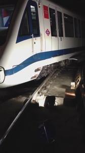 El tren del metro de Madrid que ha sufrido el descarrilamiento en Nuevos Ministerios. Imagen difundida en Twitter.