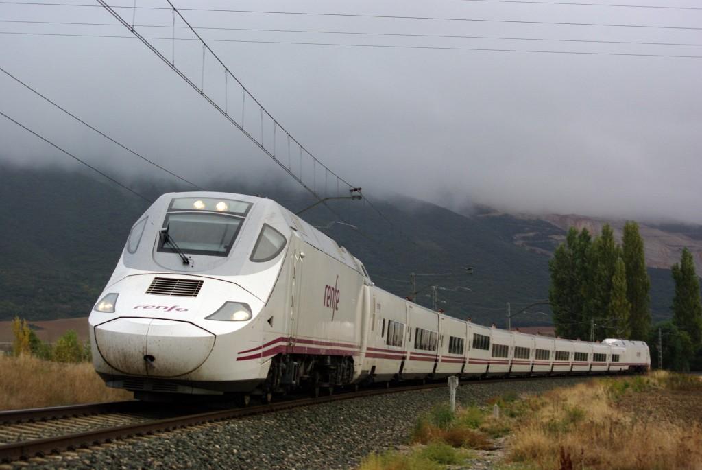 Tren de Renfe de la serie 130, dotado del sistema de ancho variable Talgo Rodadura Desplazable, circulando en un día nublado por Navarra. Foto: André Marques