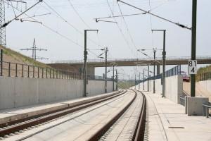 Los peraltes y la pendulación son las soluciones empleadas en el ferrocarril para aumentar la velocidad máxima en curva. Un ejemplo es esta curva peraltada en la línea de alta velocidad Nuremberg–Ingolstadt cerca de Geisberg-Tunnel. Foto: Sebastian Terfloth