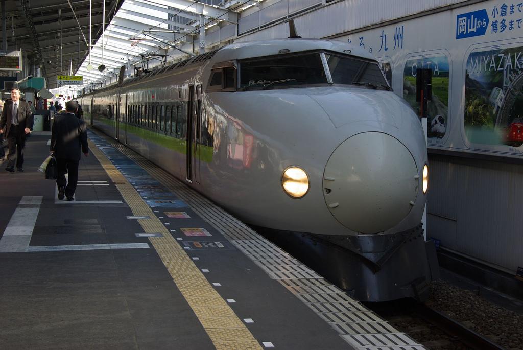 Los trenes bala de la red japonesa Shinkansen siempre han destacado por tener tracción distribuida, como este de la serie 0. Foto: tsuda.