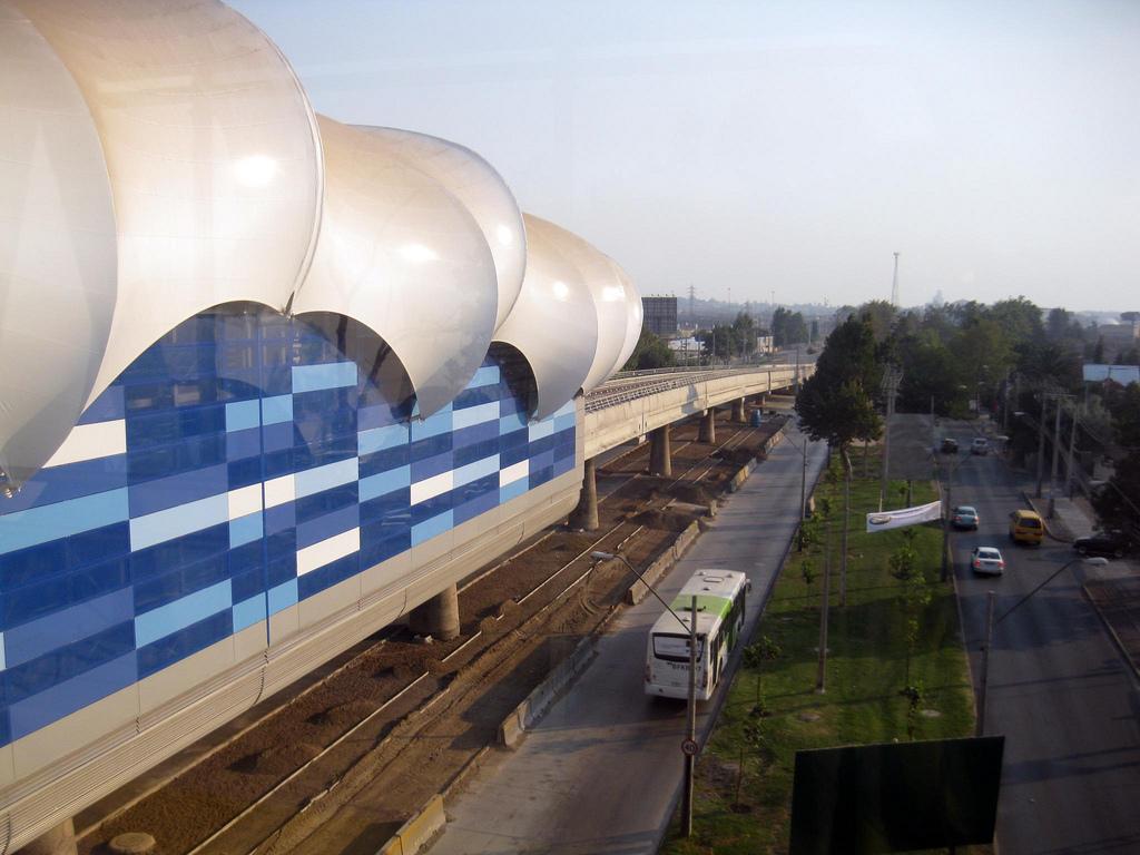 Estación Monte Tabor, de la línea 5 del metro convencional de Santiago de Chile, en un tramo en viaducto. Foto: Osmar Valdebenito.
