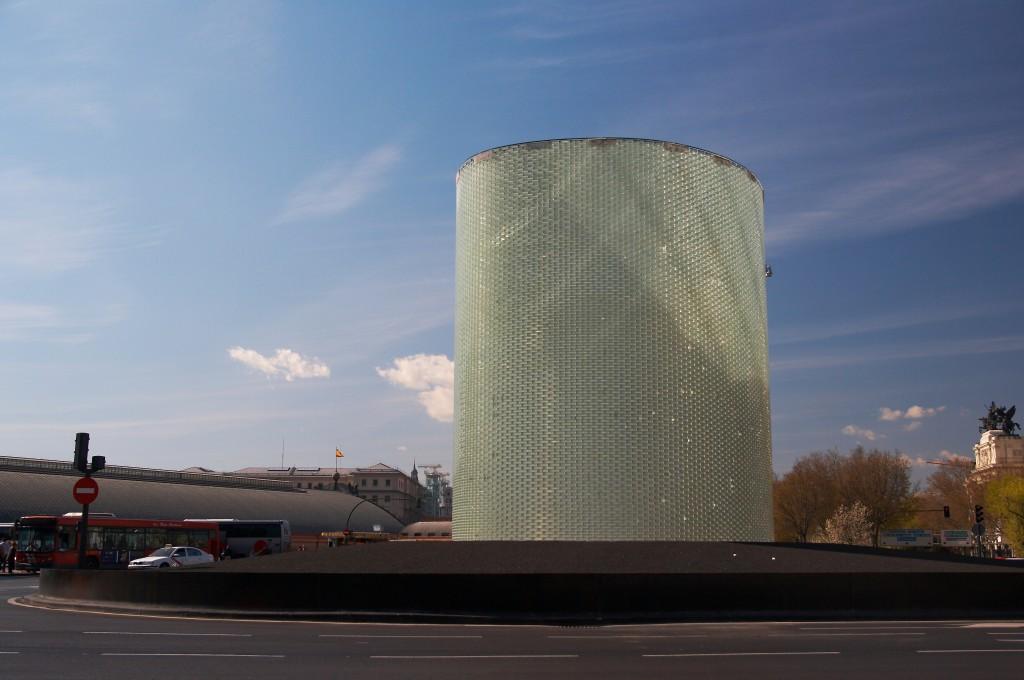 Monumento de recuerdo a las víctimas de los atentados del 11-M de 2004 junto a la estación de Atocha Cercanías. Foto: Barcex.