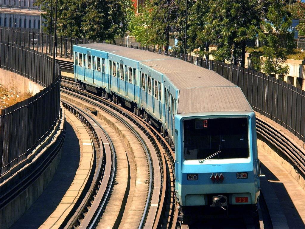 Un NS-74 del metro de Santiago de Chile entre Parque O'Higgins y Toesca. Foto: Ariel Cruz Pizarro.