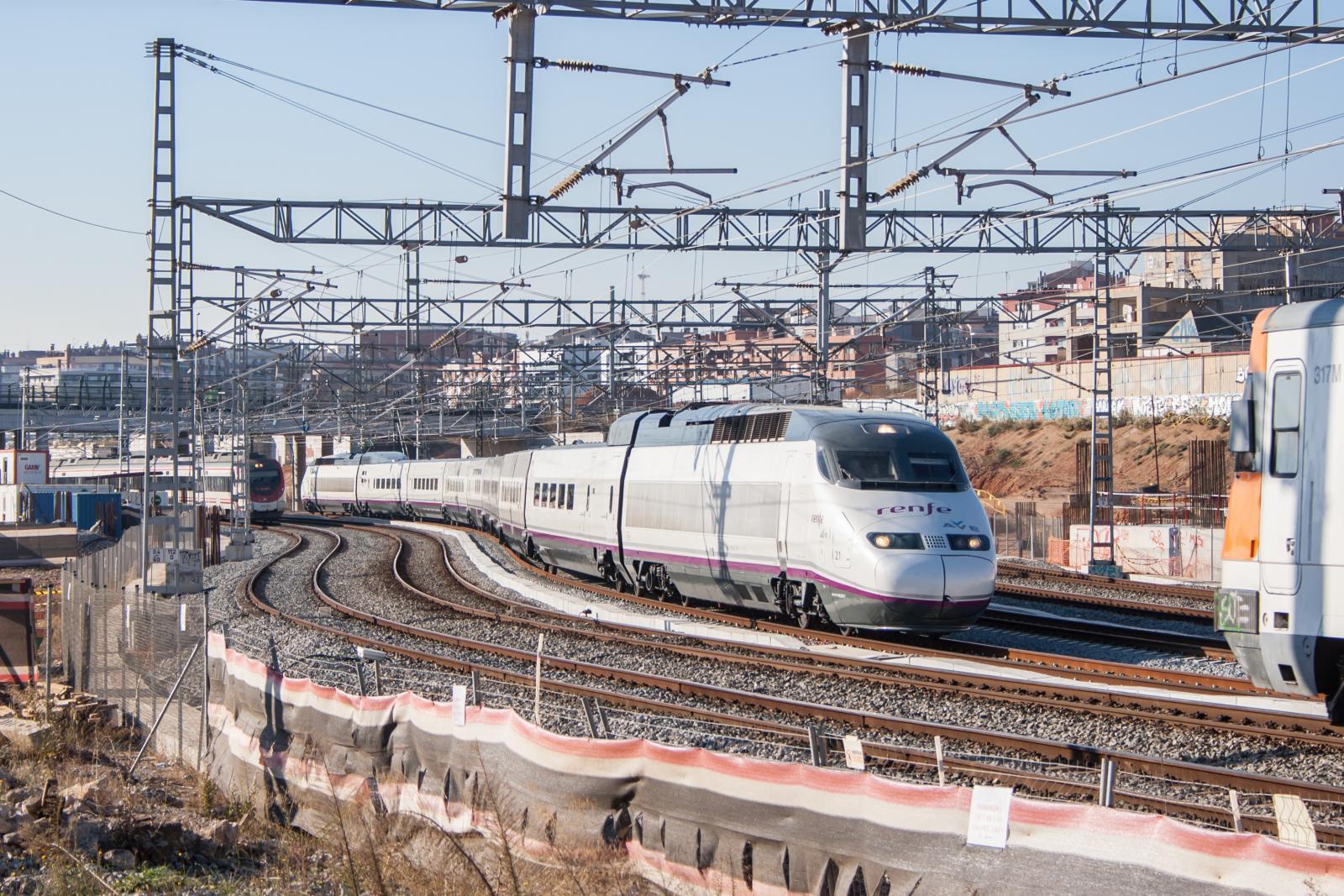 Tren de alta velocidad de la serie 100 de Renfe-Operadora en La Sagrera. Foto: evarujo.