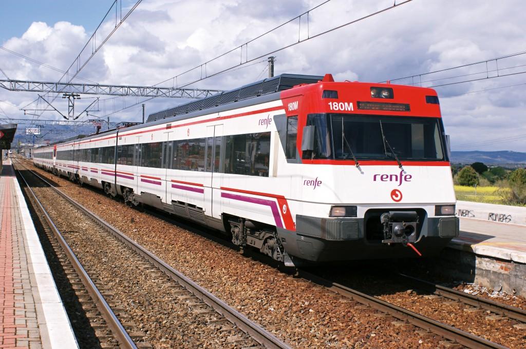 Renfe 446-090, perteneciente a una de las series de los trenes del 11-M, en la estación de Pinar. Foto: Hugh Llewelyn