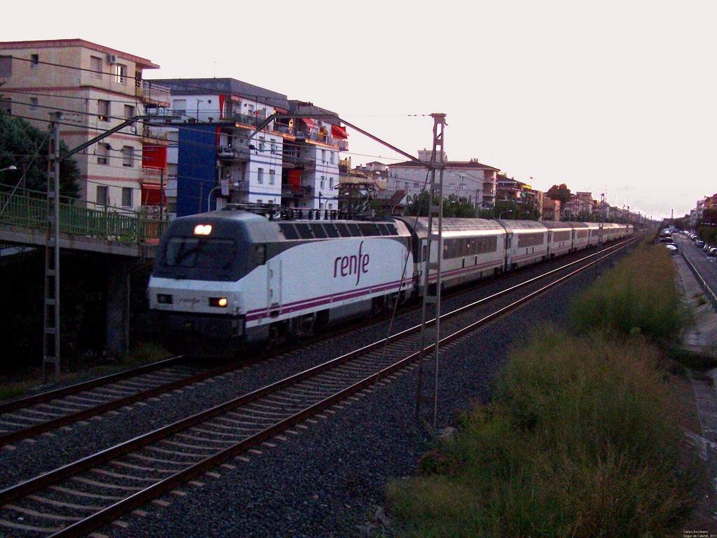 Tren Arco, de mejores prestaciones que muchos trenes europeos de larga distancia, con destinoo Barcelona en Segur de Calafell. Foto: Carlos Escribano.