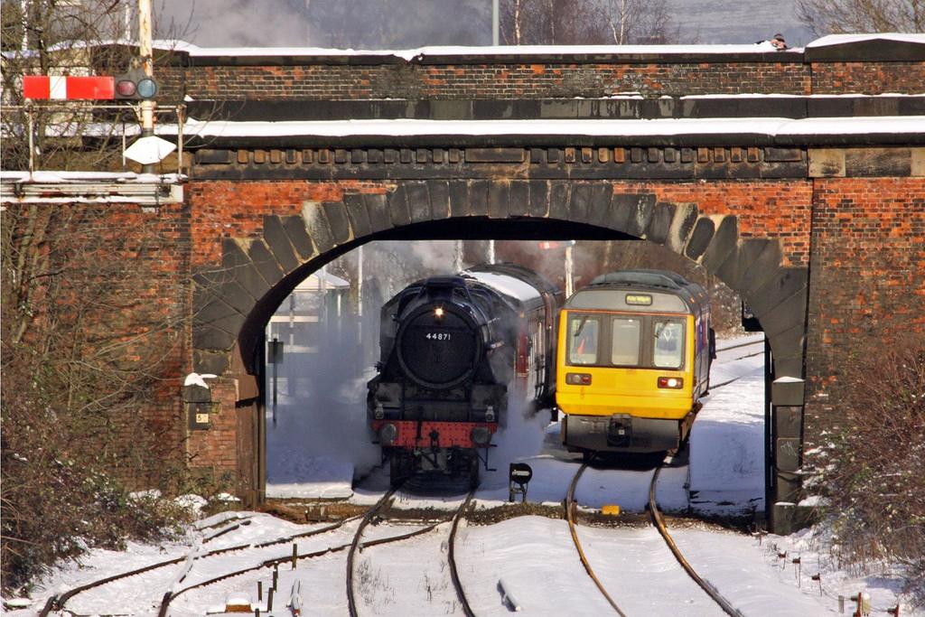 Locomotora de vapor y unidad de tren térmica juntas en Castleton, Inglaterra. Foto: Ingy The Wingy.