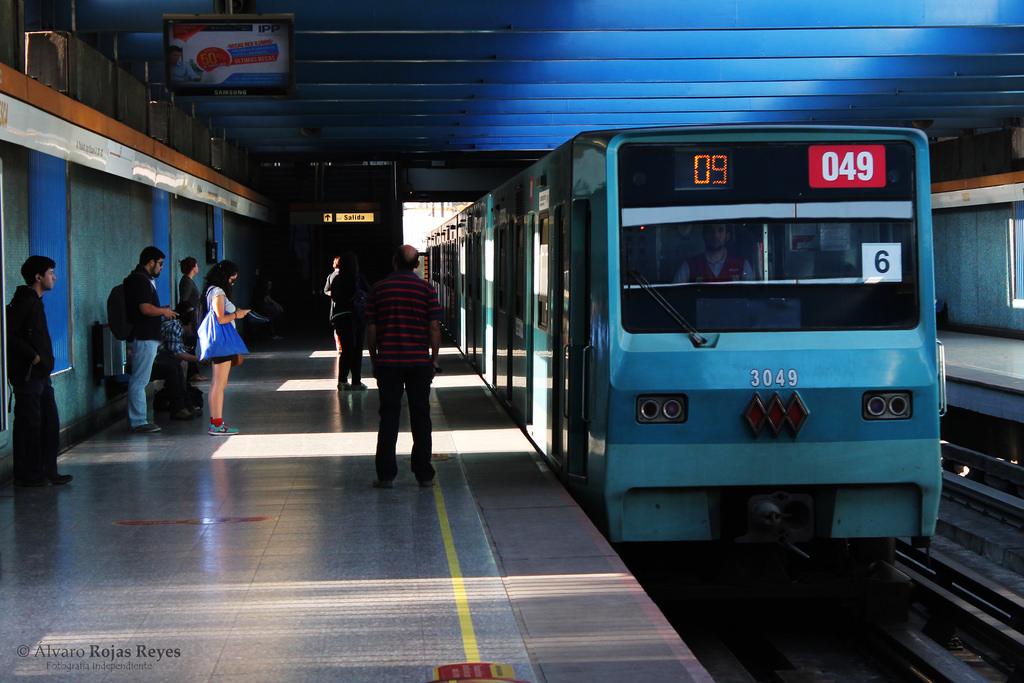 Uno de los trenes que se van a reformar entrando en la estación Toesca de la línea 2. Foto: Alvaro M. Rojas Reyes.