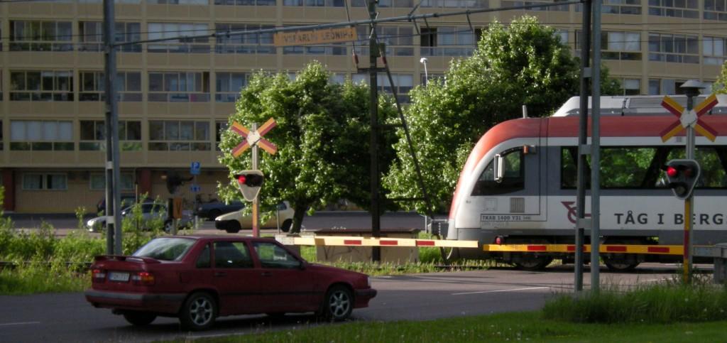 Con una buena educación, se lograría que la gente aprendiera a respetar al ferrocarril y que el tren puede matar, como hace este conductor en un paso a nivel en Borlänge, Suecia. Foto: Edaen.
