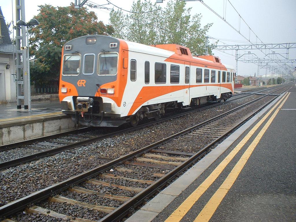 """""""Tamagochi"""" Renfe 596-001, el único tren diésel-mecánico de Renfe, estacionado en Ávila. Foto: Miguel Bustos"""