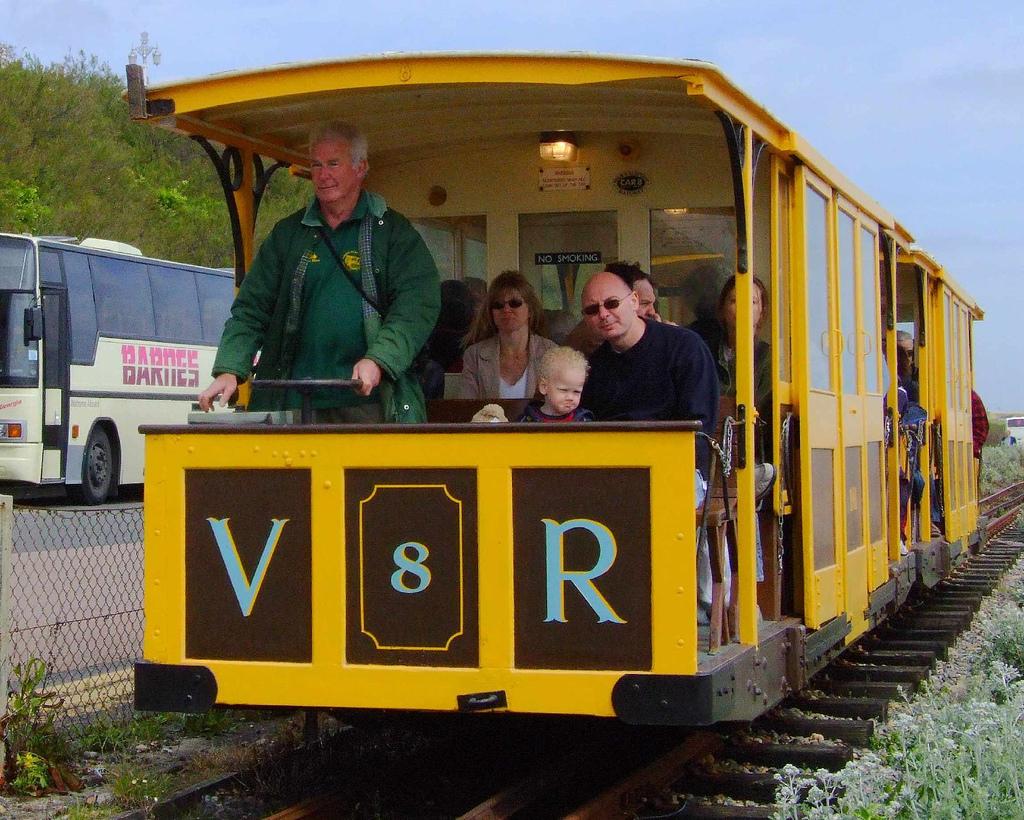 El Volk's Electric Railway, uno de los primeros trenes eléctricos del mundo y que aún se mantiene en servicio en Brighton, Inglaterra. Foto: Les Chatfield.