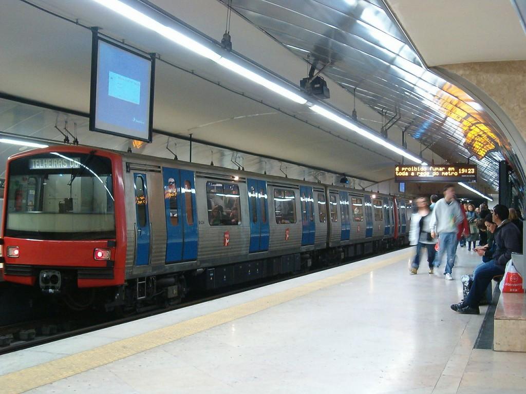 Uno de los trenes del metro de Lisboa, de la serie ML90, en la estación de Alameda. Foto: Koshelyev.