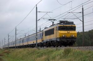 Catenaria flexible de un ferrocarril de Baambrugge, Holanda. Foto: Generaal Gibson.