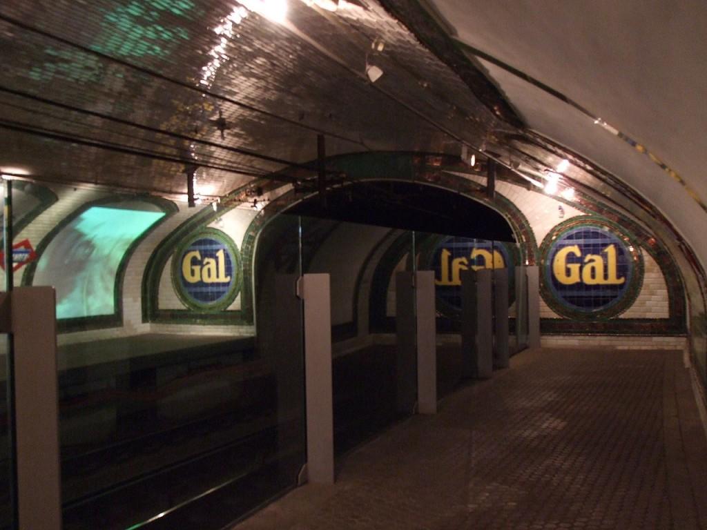 Andenes de la estación con el túnel hacia Bilbao. Foto: Museo8bits.