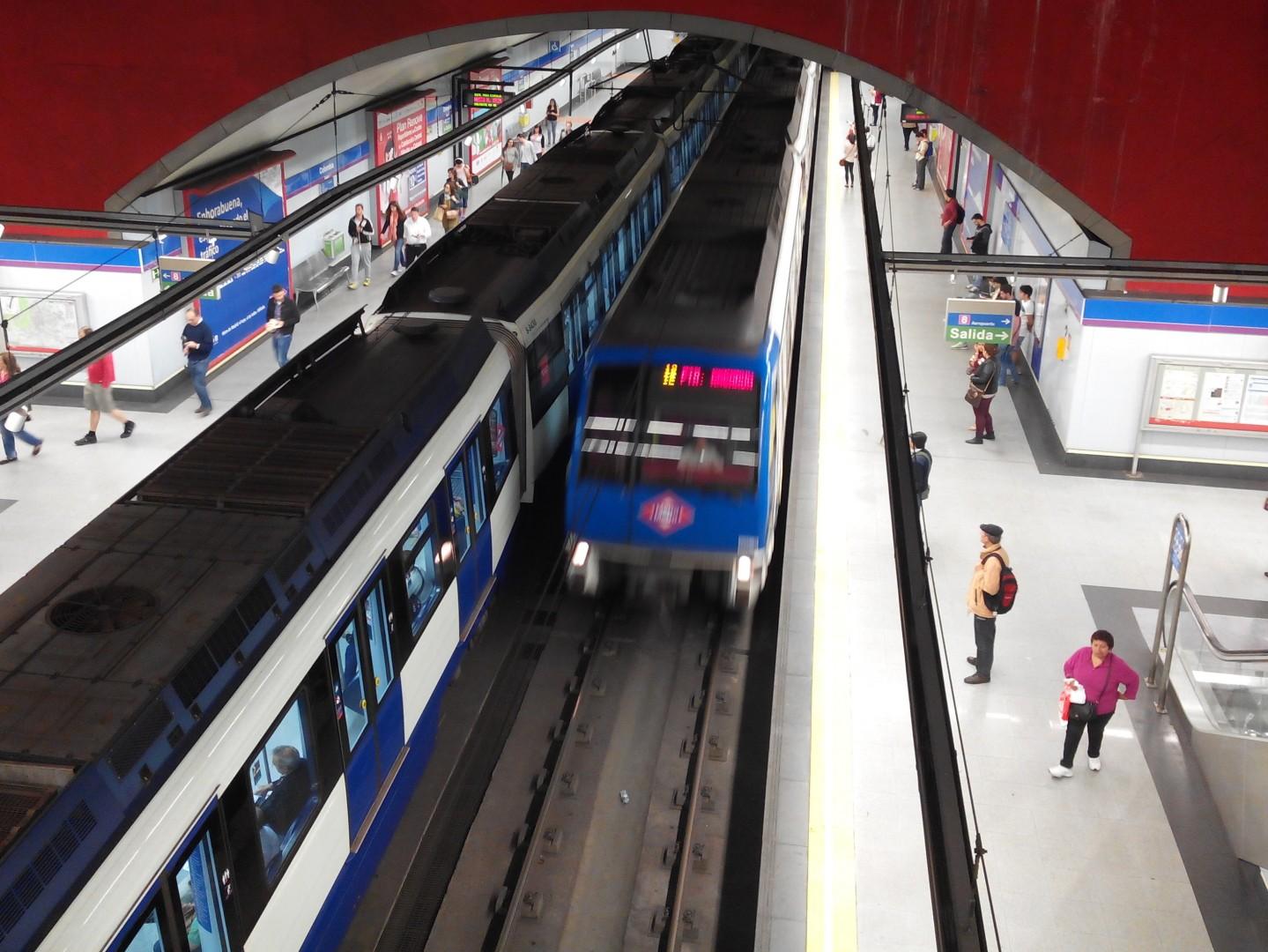 Un 9400 cruzándose con un tren 6000 en la estación de Colombia de la línea 9. Foto: Miguel Bustos.