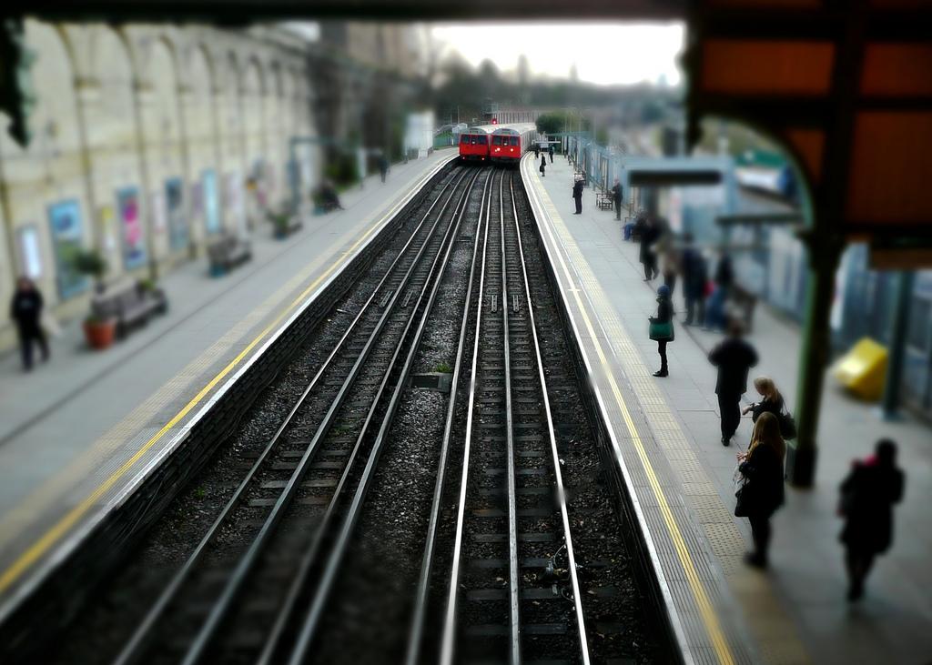 El metro de Londres usa un tercer carril central y una barra lateral como sistema de electrificación. Foto: Nana B Agyei.