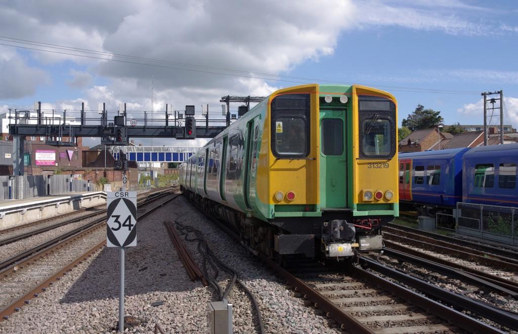 En la red ferroviaria del sur de Inglaterra, el tercer carril es lateral. En el primer bogie de este tren de la serie 313 se puede observar el patín que, en este caso, va al aire. Foto: Matt Buck