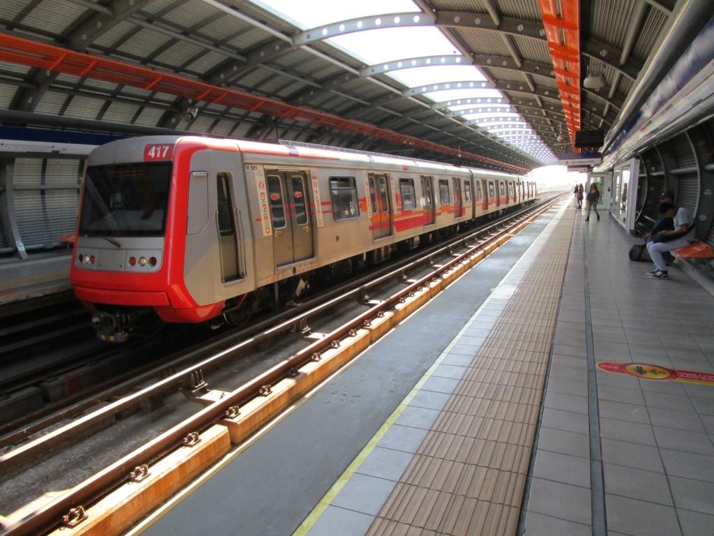 En la línea 4 del metro de Santiago de Chile se emplea un tercer carril lateral, el diseño más extendido. Foto: Miguel Bustos.