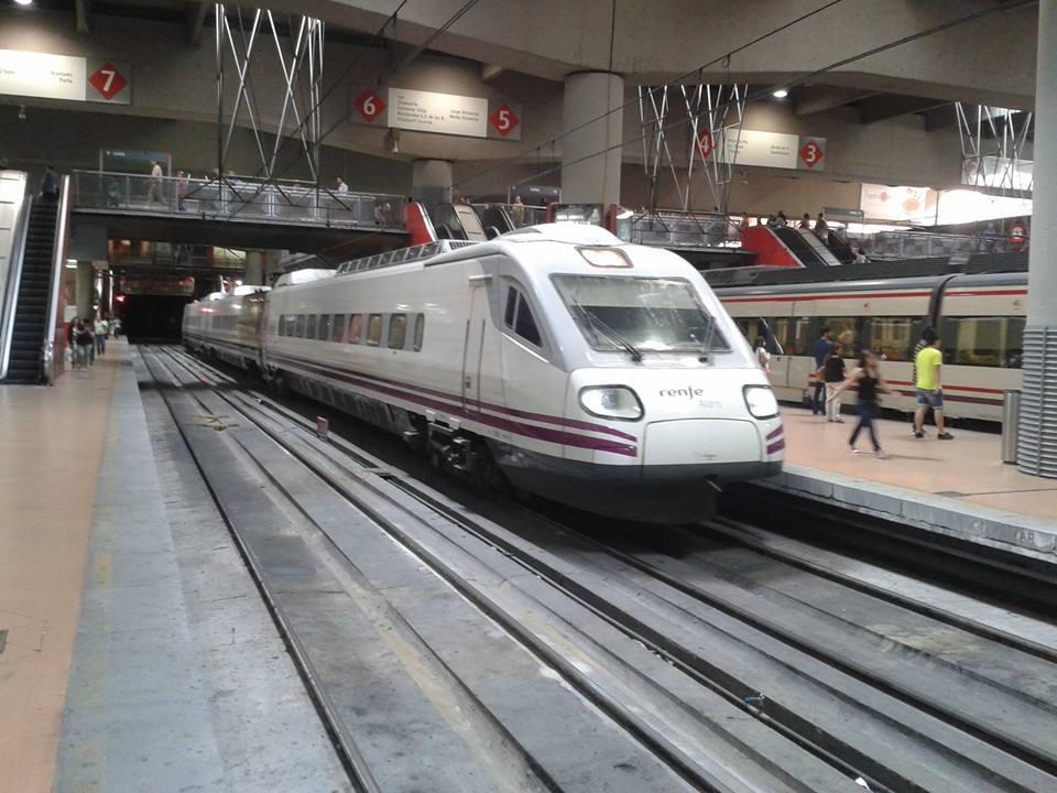El Intercity Madrid-Valencia siendo prestado hoy por un Pendolino 490. Foto: Víctor de Paco.