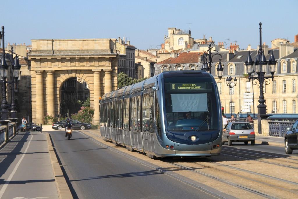 """Uno de los tranvías sin catenaria """"Citadis"""" de Alstom en Burdeos. Foto: Ian Fisher."""