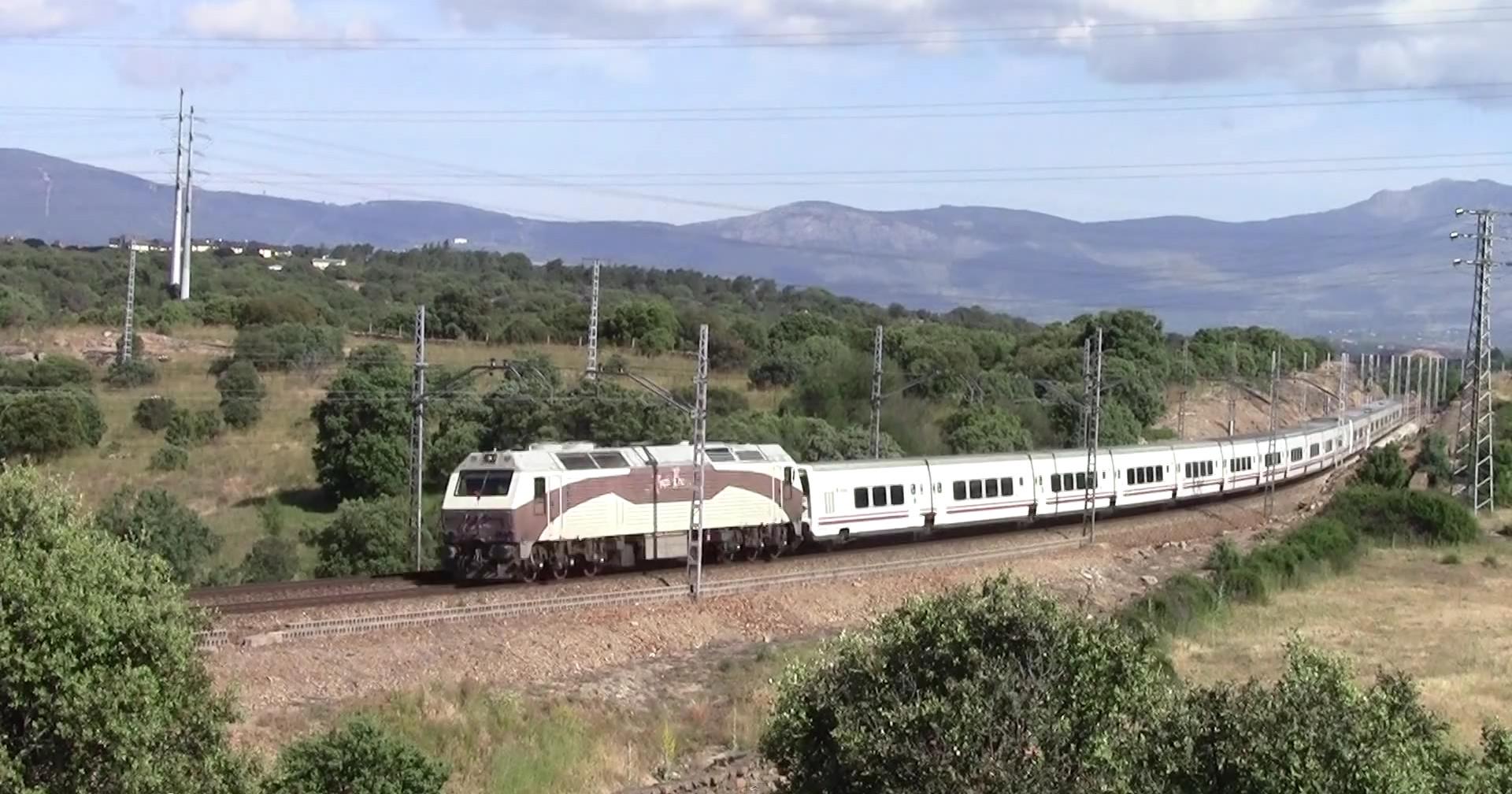 Fotograma en el que se ve a la 333-407 del Tren de la Fresa remolcando al Talgo de la Champions