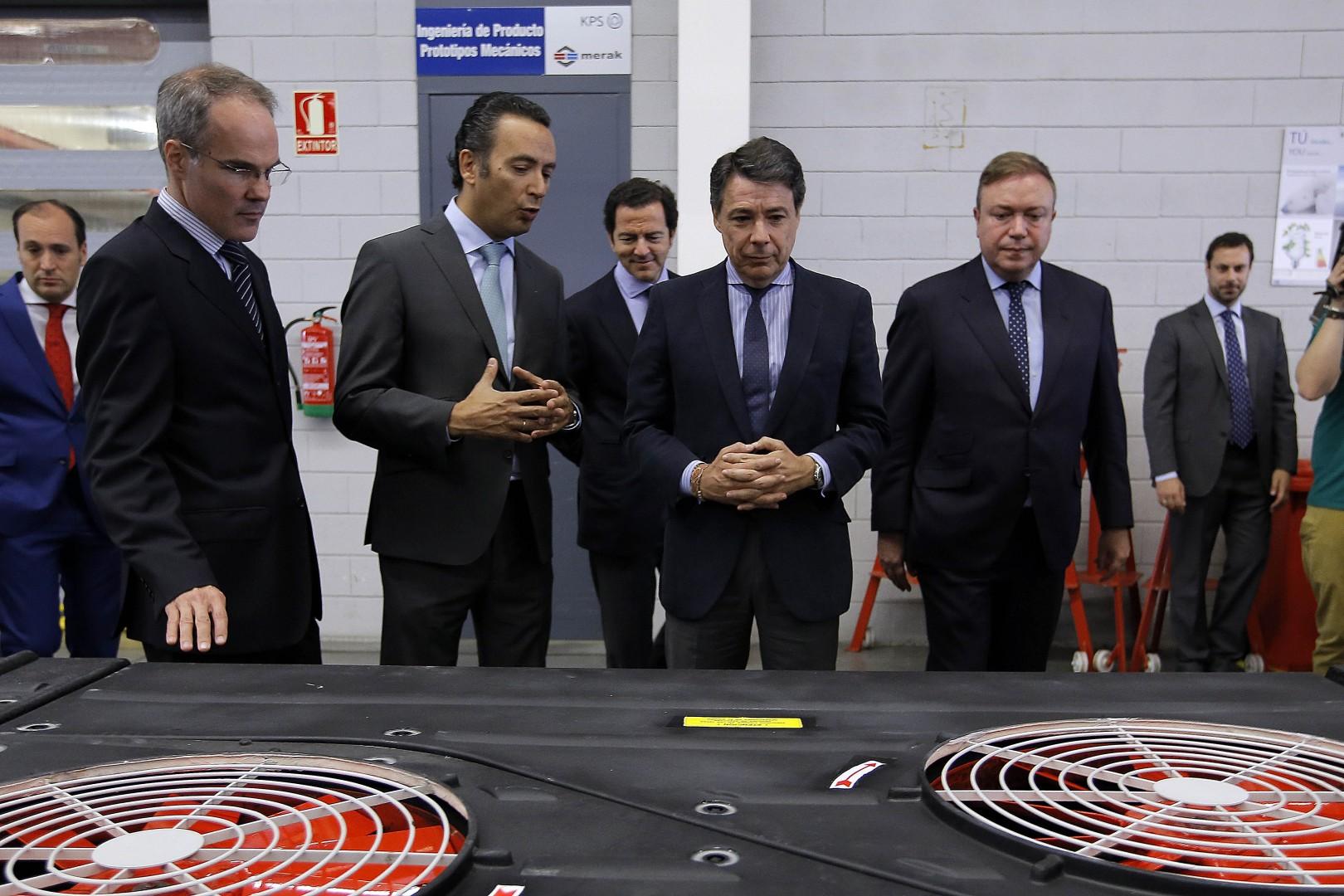 El presidente de la Comunidad de Madrid, Ignacio González, en su visita a la empresa encargada de renovar el sistema de aire acondicionado de la red de metro.