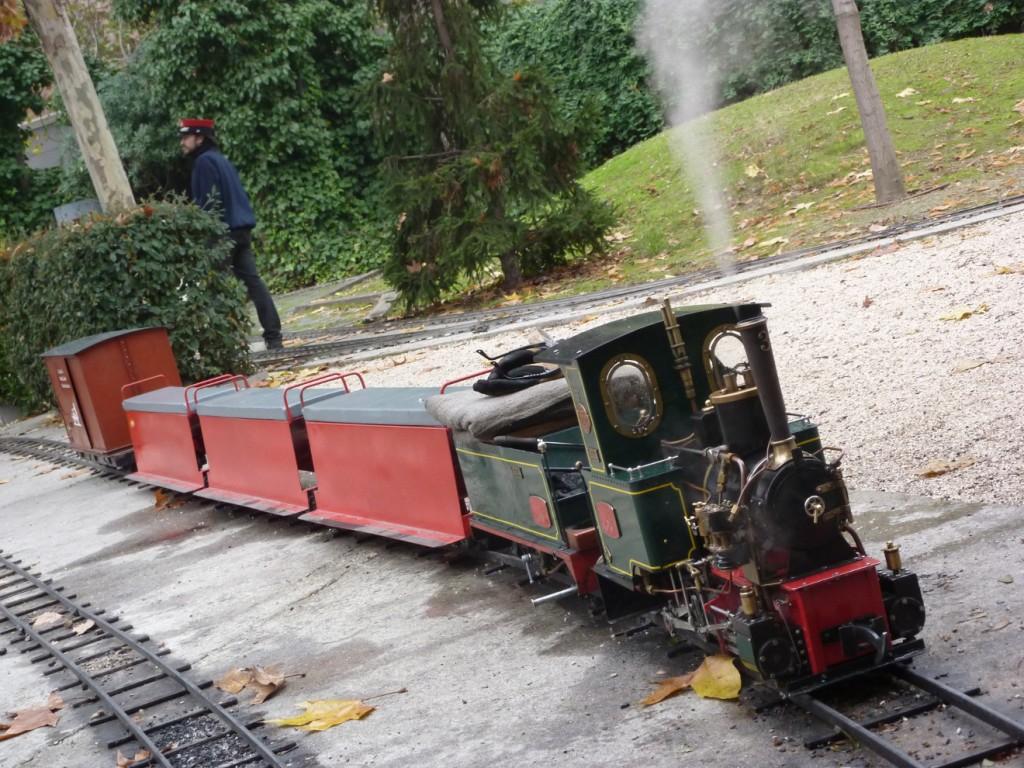 Tren con locomotora de vapor vivo en el Parque ferroviario de las Delicias, el principal de los trenes de jardín de Madrid, en el museo del ferrocarril de Madrid. Foto: Miguel Bustos.