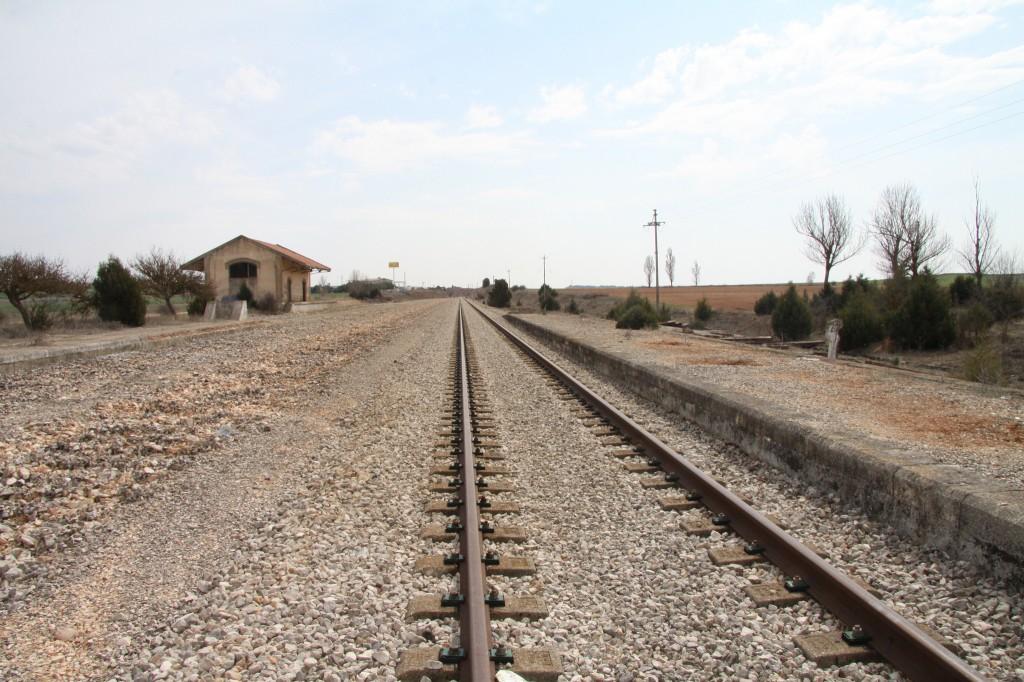 Apeadero de Fontioso - Cilleruelo de Abajo que, como se puede comprobar, fue estación hasta que se levantó sus vías de cruce. Foto: turismoytren.com
