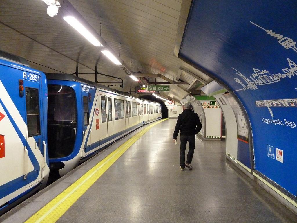 El comportamiento imprudente de algunos viajeros ha causado aún más retrasos en la línea 5 de Metro de Madrid en plena hora punta