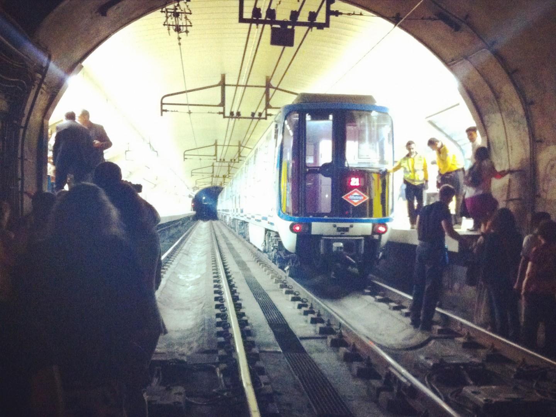 Los viajeros del tren averiado del metro de Madrid llegando a pie a la estación. Foto: Belén Granado.